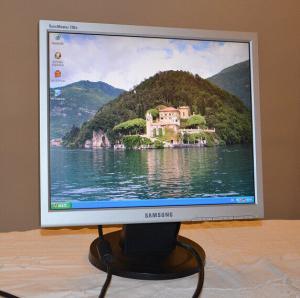 17″LCD zaslon Samsung 720N+ kabli
